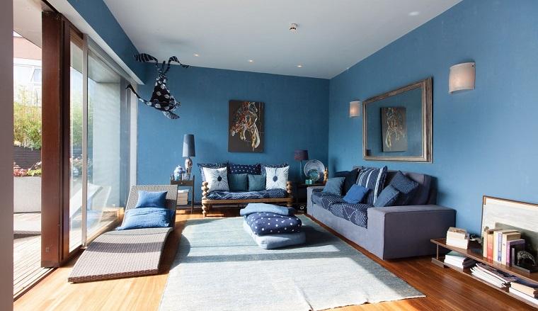 soggiorno pavimento laminato pareti colore blu