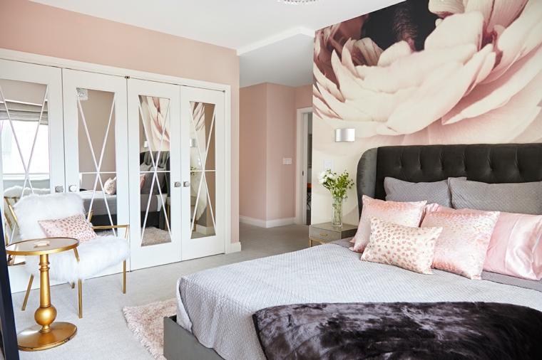 stanza da letto pareti dipinte rosa cuscini testata letto armadio porte specchio
