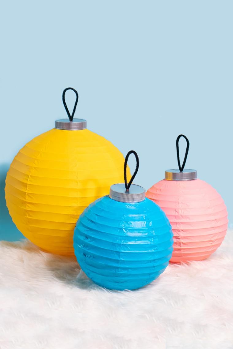 tre lanterne dipinte con vernice colorata addobbi natalizi per porte