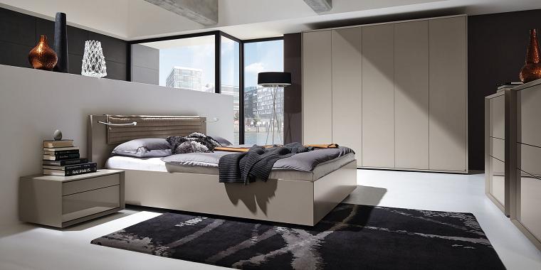 Camera da letto con mobili grigi, letto con testata in legno, comodino con cassetti