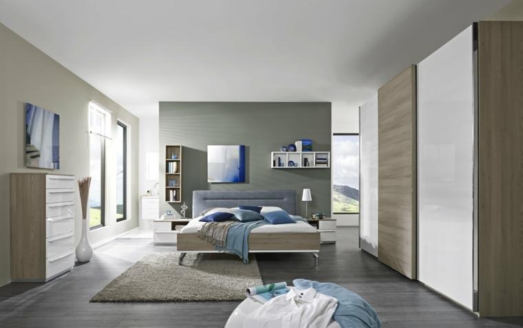 Armadio con porte scorrevoli, letto con testata in tessuto, pavimento in legno grigio