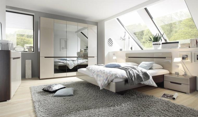 Armadio con porte specchi, comodini con cassetti, tappeto peloso grigio, soffitto in pendenza