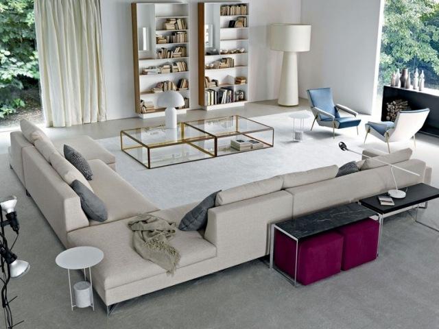 arredamento salotto divano beige tavolino vetro ripiani pareti
