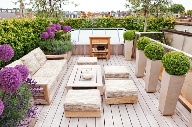 Come arredare terrazzo low cost, balcone sul tetto con set di mobili divano e tavolino