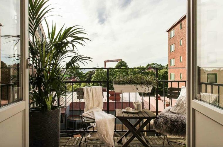 Arredare balcone stretto e lungo, balcone con ringhiera in ferro battuto, set di mobili tavolino e sedie