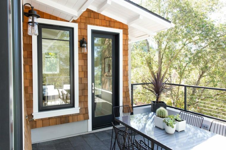 Come abbellire un terrazzo, tavolo da pranzo e sedie, balcone con ringhiera in ferro battuto