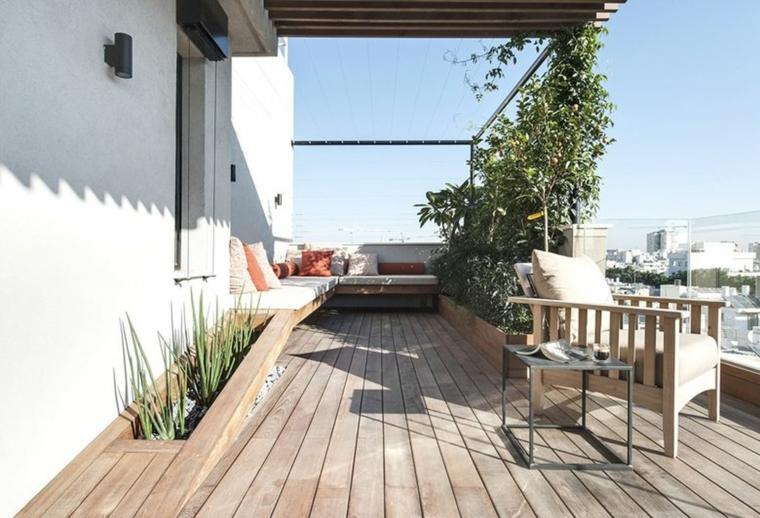 Come abbellire un terrazzo, set di mobili con poltrona di legno e tavolino, terrazzo con pavimentazione in parquet