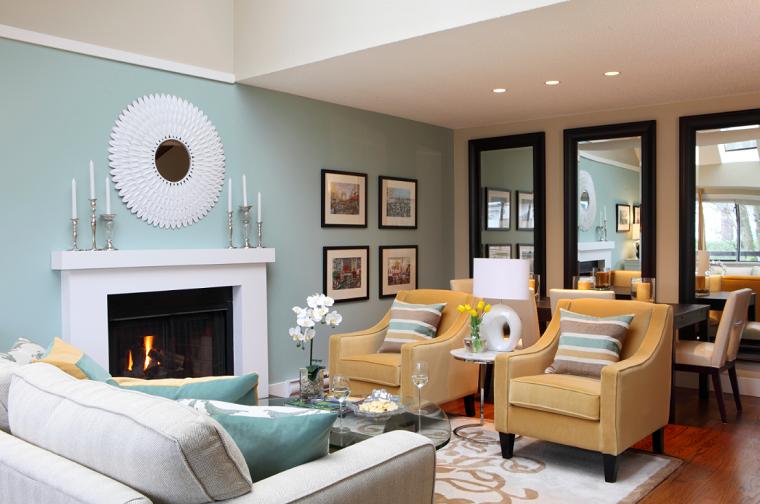 arredare il soggiorno camino poltrone divano diverso colore