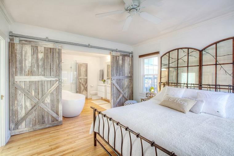 arredare la camera da letto stile farmhouse porte stalla aprono bagno