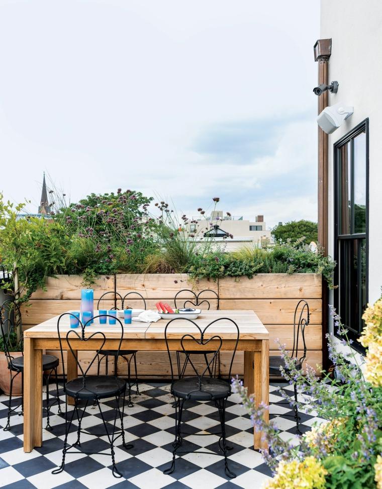 arredare terrazzo appartamento con tavolo di legno e sedie di metallo pavimento con piastrelle