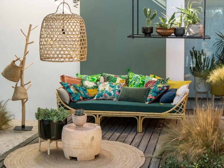 Come arredare un terrazzo spendendo poco, balcone con un divano e tavolino in legno