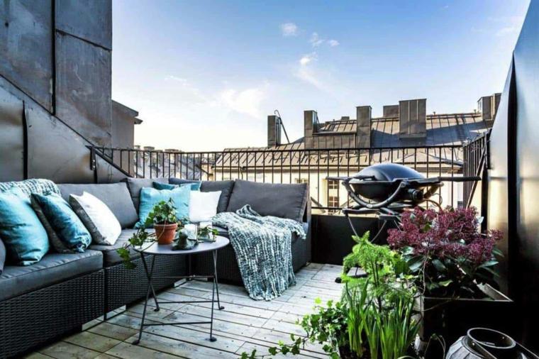 Terrazzo con ringhiera in ferro battuto, arredare terrazzo low cost, terrazzo con divano in rattan e tavolino