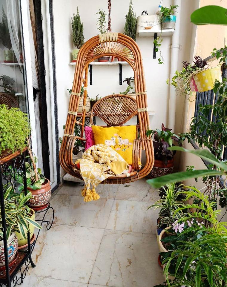 Come abbellire un terrazzo, terrazzo con ringhiera di legno e vasi con piante e fiori