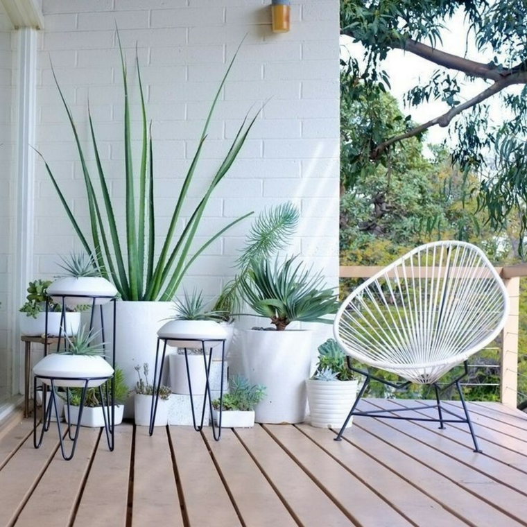 Terrazzo con pavimentazione in legno, arredare balcone stretto e lungo