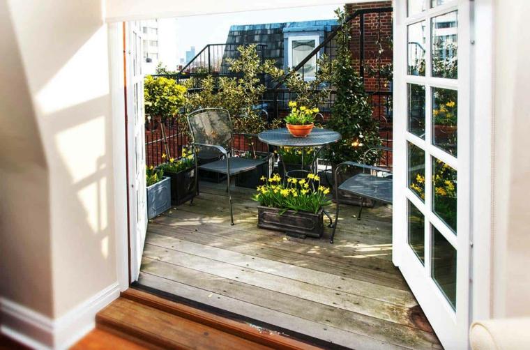 Come arredare un terrazzo, terrazzo con ringhiera in ferro battuto, set di mobili con tavolo e sedie