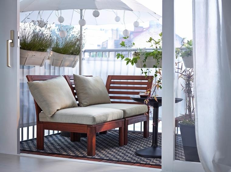 arredare terrazzo fai da te balcone coperto con ombrellone arredo con panchina di legno