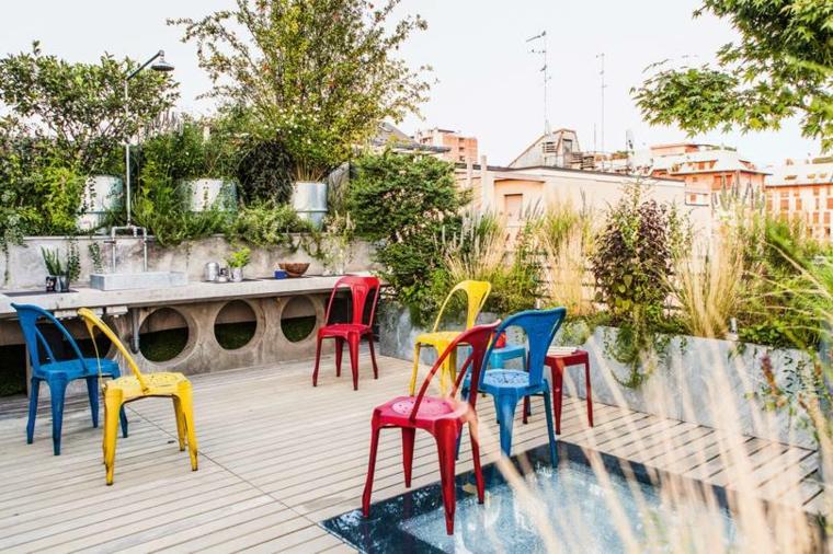 Come abbellire un terrazzo, sedie di plastica colorate, vasi di cemento per piante