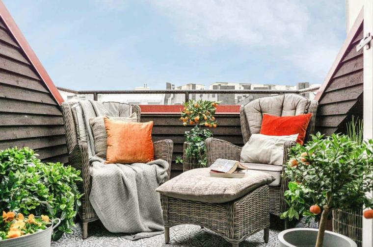 Arredare balcone piccolo e stretto, balcone con ringhiera in ferro, mobili in rattan con cuscini