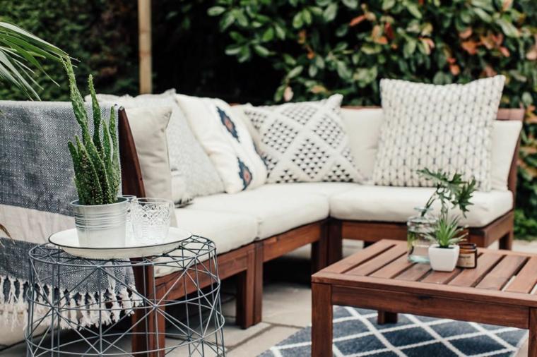 Come arredare un terrazzo, set di mobili in legno con divano e tavolino basso