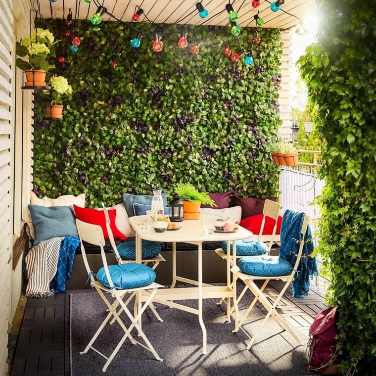 Arredare balcone piccolo e stretto, parete con pianta verde arrampicante e set tavolo con sedie