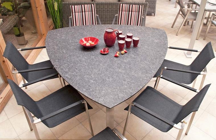 arredare terrazzo tavolo triangolo sedie design
