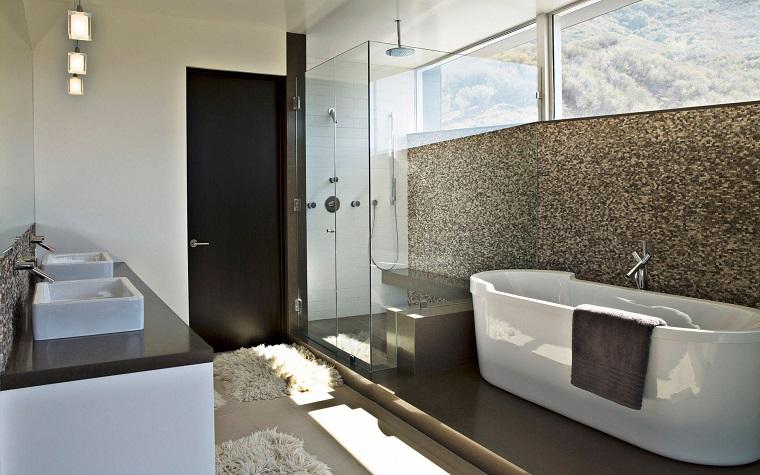 arredo bagno moderno vasca design parete decorata
