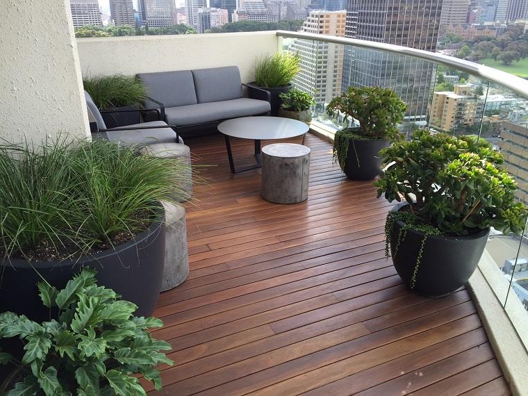 arredo balcone divano tavolo vasi piante