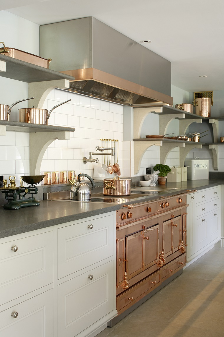 arredo cucina bianca inserti color rame