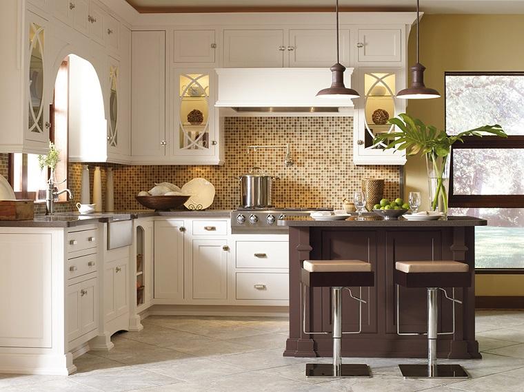 arredo cucina bianca isola centrale colore marrone