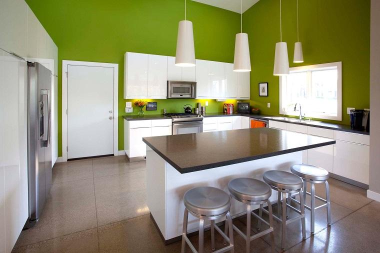 arredo cucina colore bianco pareti verdi
