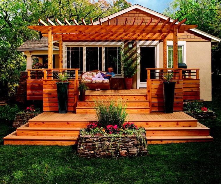 arredo outdoor legno tanti fiori piante