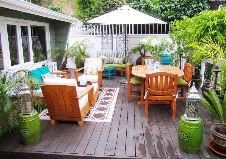 arredo terrazzo legno cuscini bianchi turchesi
