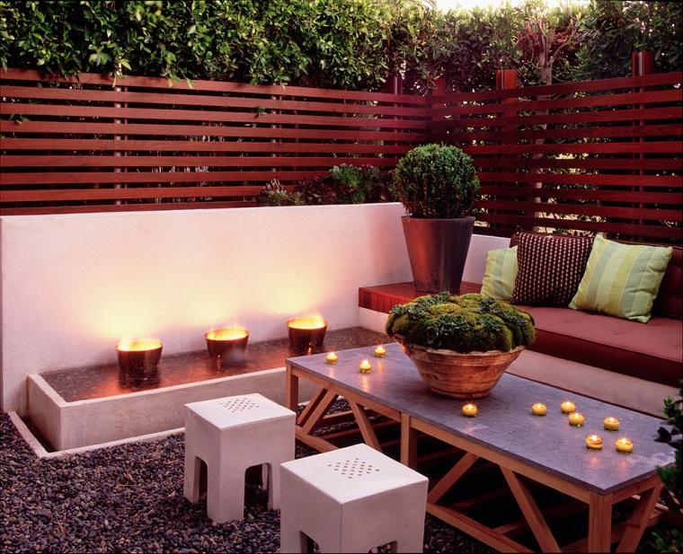 arredo terrazzo mobili legno piante sempreverdi