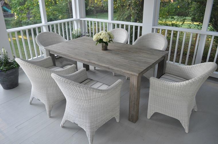 arredo terrazzo sedie grigie tavolo legno