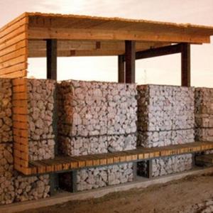 Bancali riciclati utilizzati per costruire una fattoria degli animali