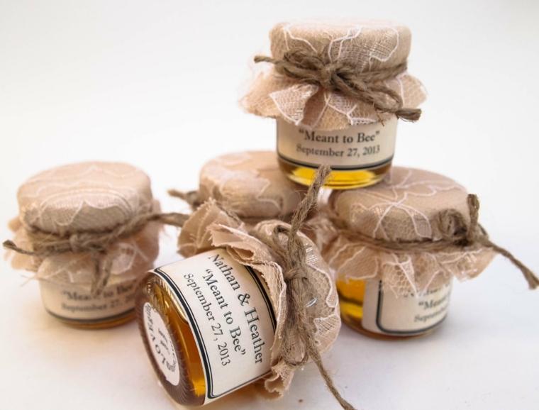 bomboniere fatte in casa bottigliette di miele con etichetta personalizzata ciperchio con tessuto spago