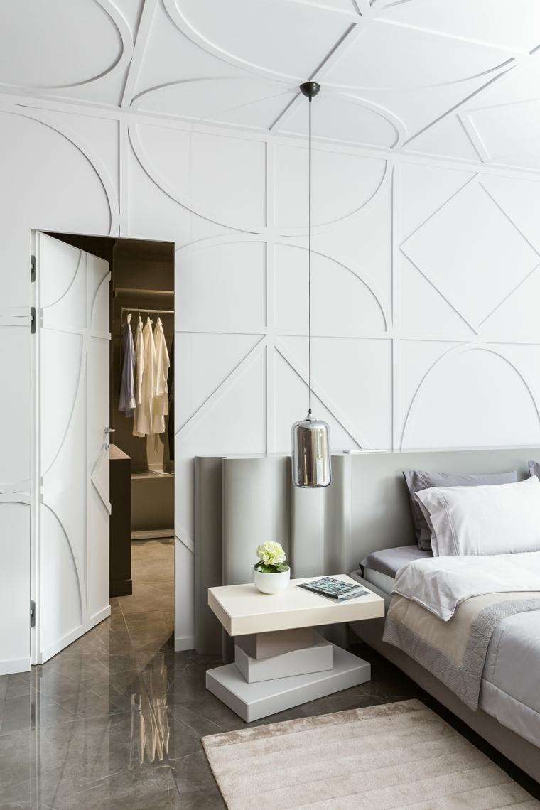 Pareti colorate camera da letto, soffitto con ornamenti, testata letto grigia, lampada sospesa