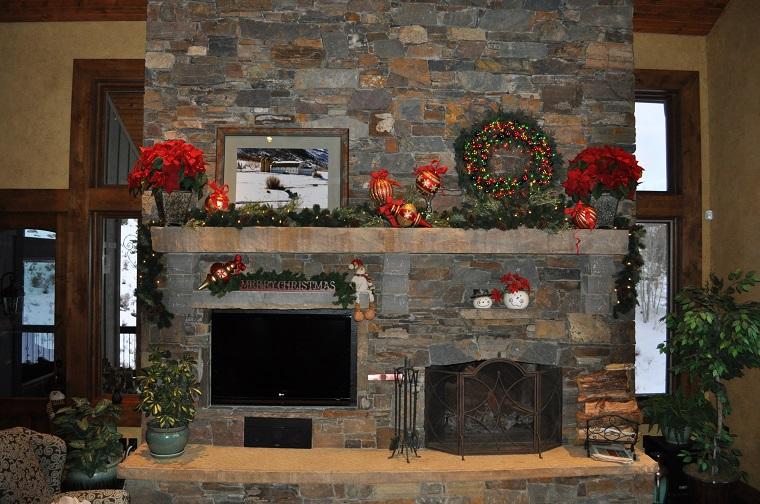camino rustico decorato festivita natalizie