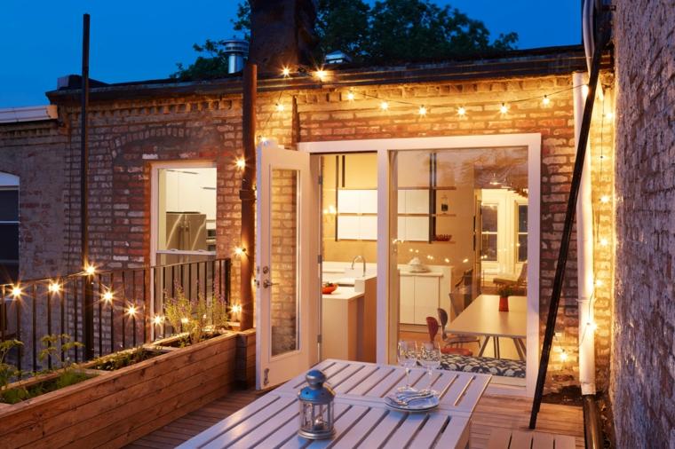 Arredare balcone stretto e lungo, balcone con tavolo e panchina, decorazione balcone con fili di lampadine
