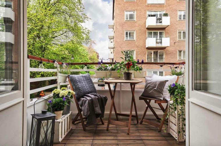 Come arredare un terrazzo, set di mobili tavolino e due sedie, terrazzo con ringhiera in legno