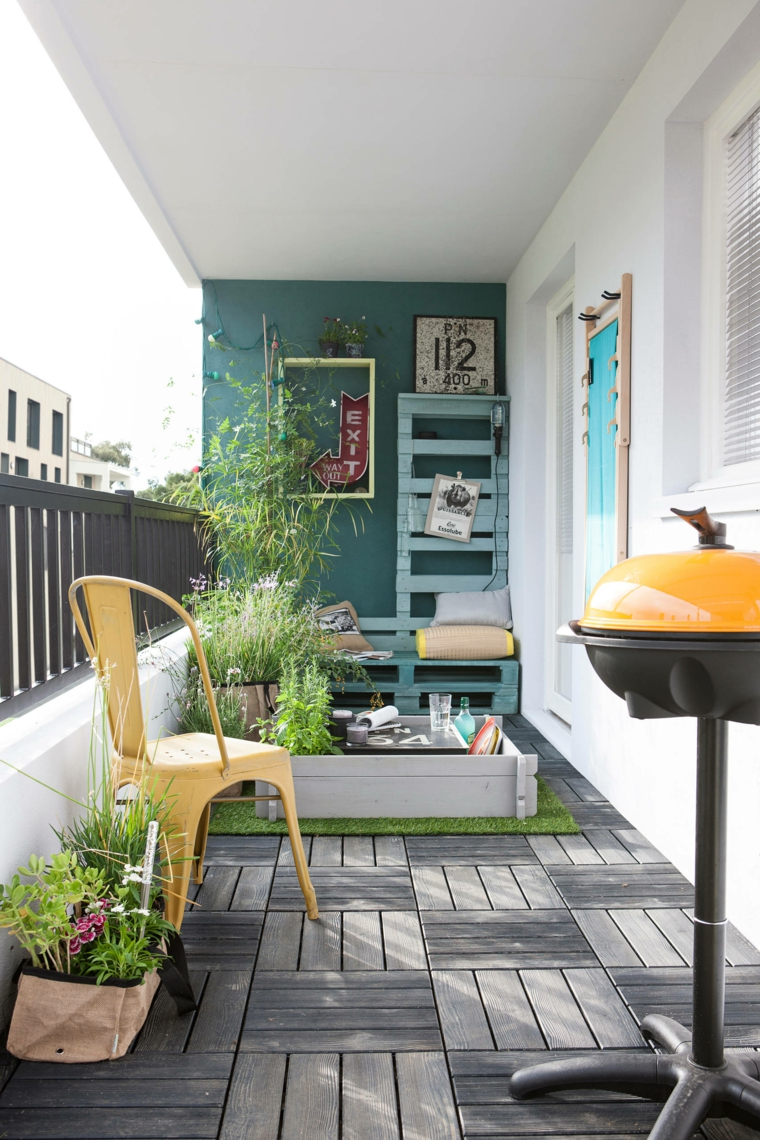 come abbellire un terrazzo arredamento con panchina in pallet decorazioni con vasi di fiori