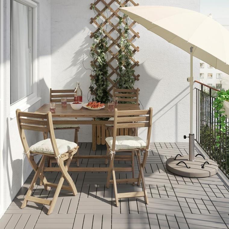 come abbellire un terrazzo decorazione balcone con giardino verticale arredo con tavolo e sedie di legno