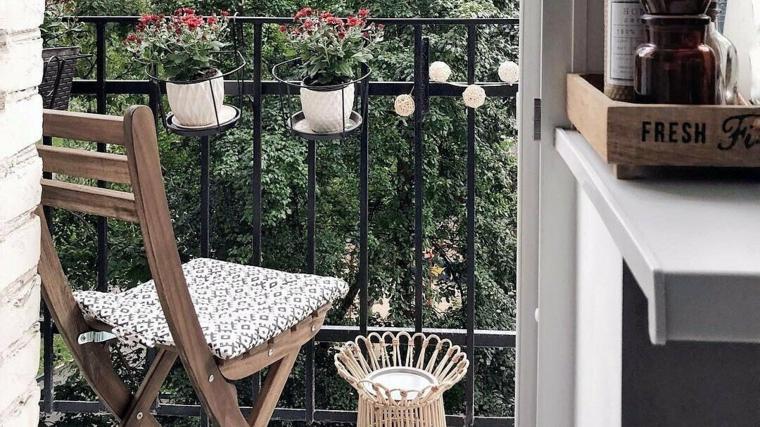come abbellire una ringhiera esterna con fili di lampadine vasi di fiori arredo con sedia di legno