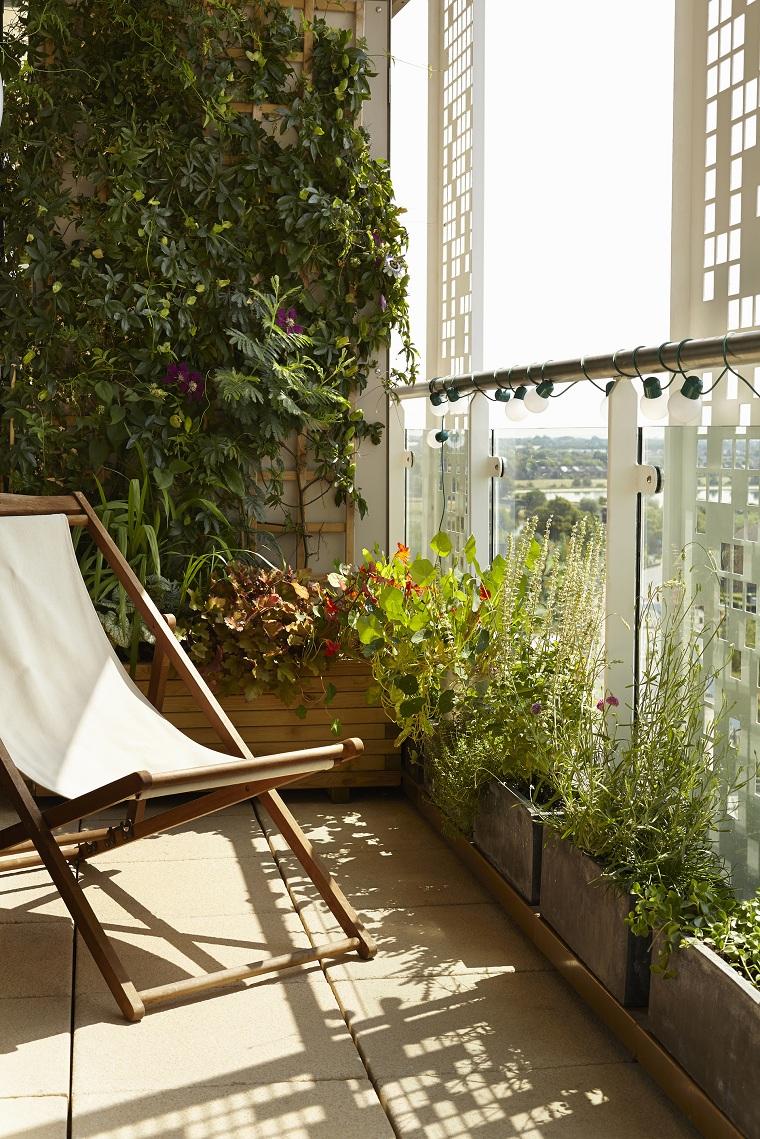 come abbellire una ringhiera esterna terrazzo con giardino verticale balcone con sedia sdraio di legno