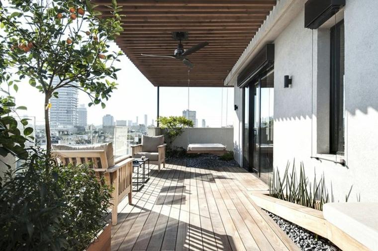 Come arredare un terrazzo spendendo poco, terrazzo con due poltrone e tavolino di legno