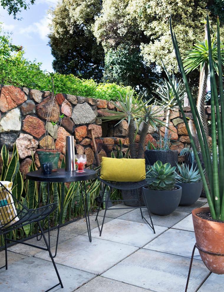come addobbare un balcone con fiori terrazzo arredato con set di mobili in ferro battuto