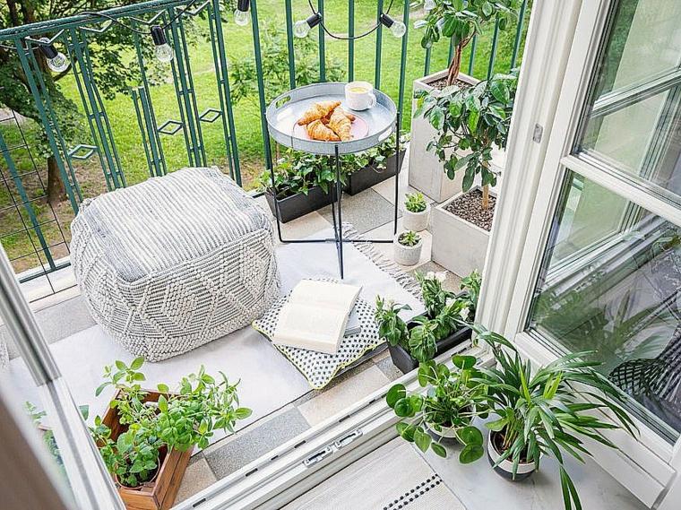 come addobbare un balcone con fiori terrazzo con ringhiera in ferro battuto decorata con lampadine