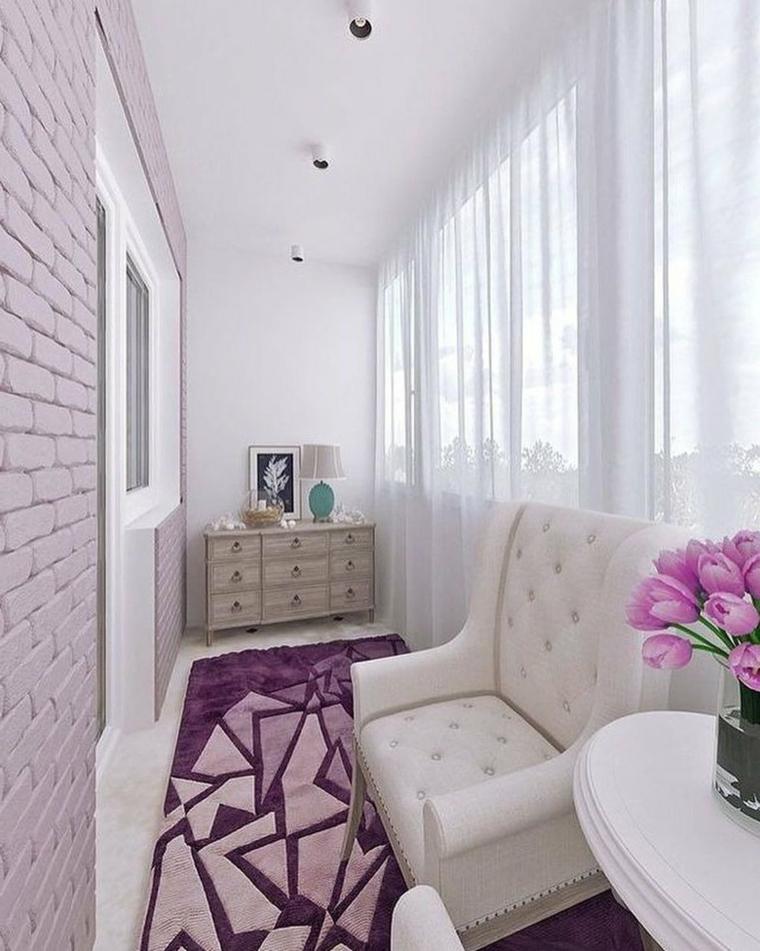Arredare terrazzo low cost, balcone coperto con mobili in legno e poltrona