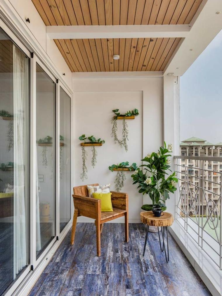 Arredare terrazzo appartamento, balcone con ringhiera in ferro battuto, sedia e tavolino in legno