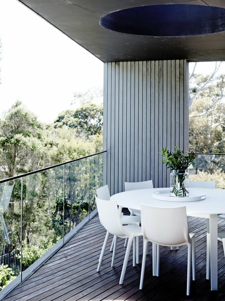 Arredare terrazzo appartamento, terrazzo con ringhiera in vetro, arredo con tavolo e sedie